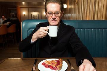 Kyle MacLachlan drinking coffee and eating cherry pie in a diner