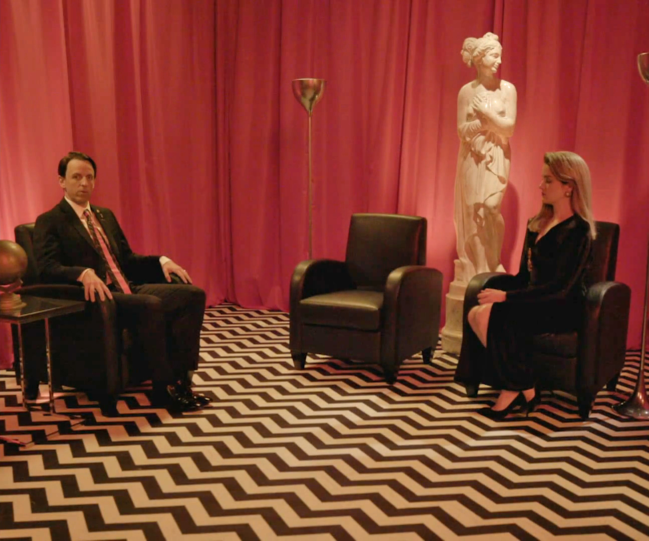 Red Room: Late Night With Seth Meyers Spoofs Twin Peaks In 4:3